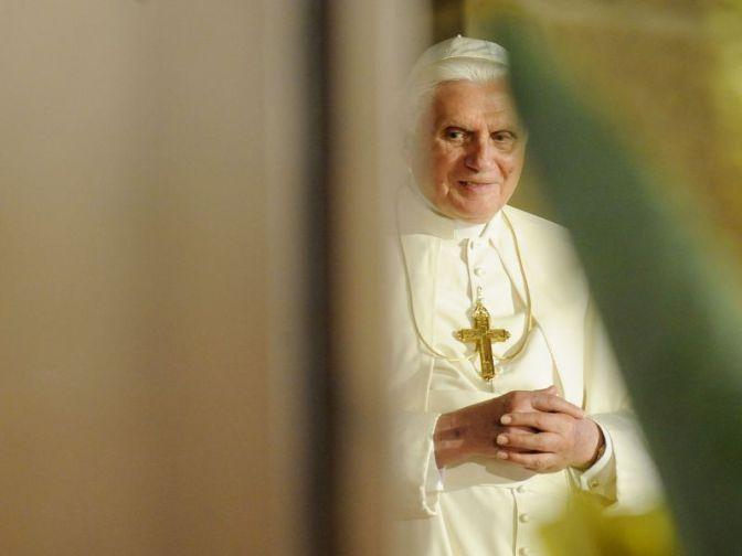 In silenzio, anche Benedetto XVI dice la sua sul sinodo. Contro la comunione ai divorziati risposati.